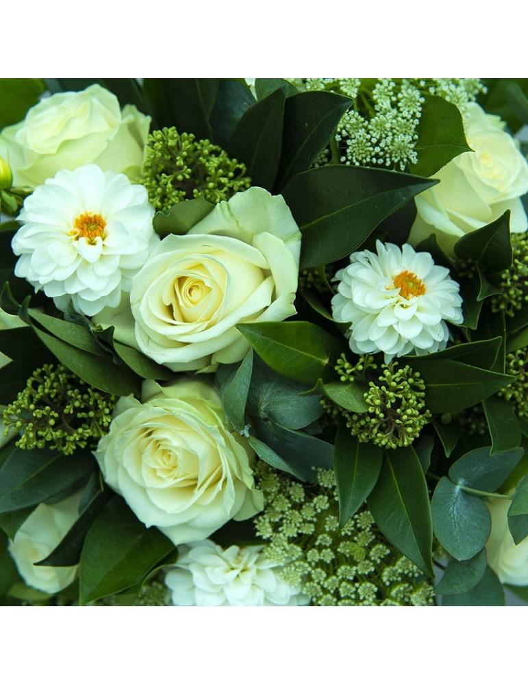 roses et dahlias blancs