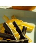 chocolat noir et écorce d'orange confites sur assiette