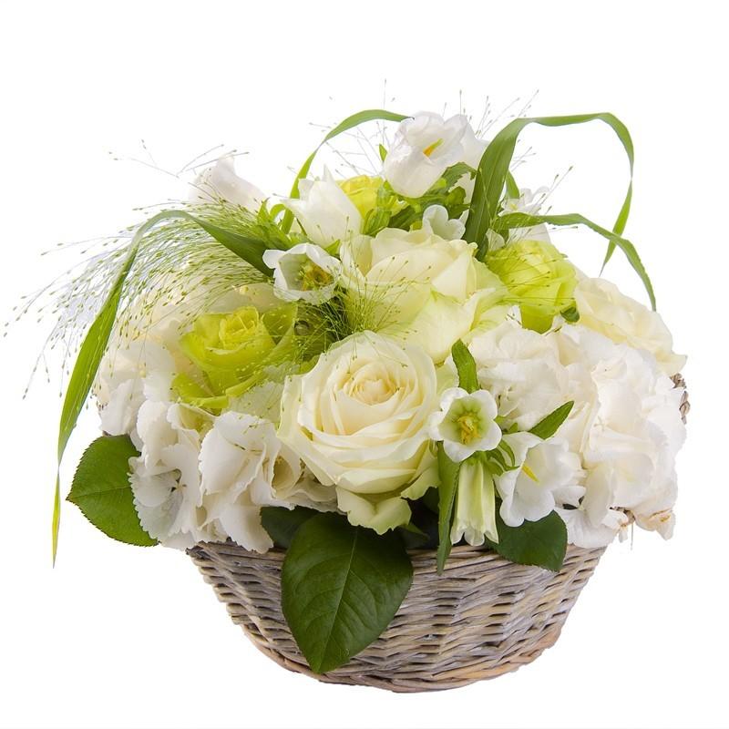 Panier en osier fleurs blanches