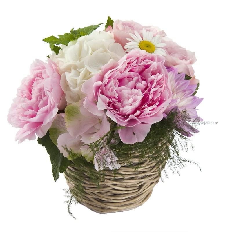 Arrangement floral piqué  dans un panier d'osier