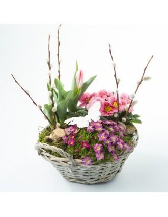 Composition florale printanière dans panier en osier